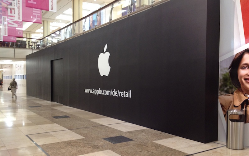 apple store sindelfingen apple logo begr t zuk nftige besucher macerkopf. Black Bedroom Furniture Sets. Home Design Ideas