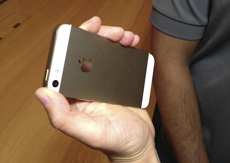ipone5s_gold_hands_on