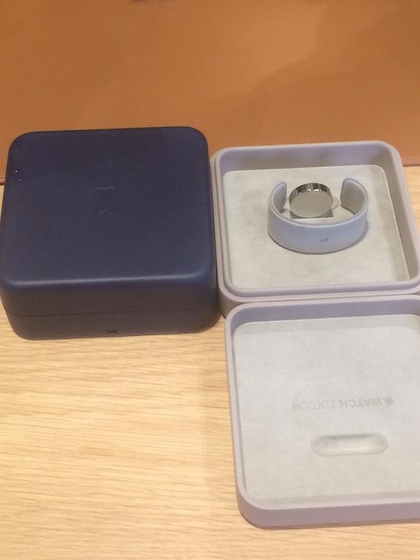 apple watch edition fotos zeigen verpackung inkl ladestation macerkopf. Black Bedroom Furniture Sets. Home Design Ideas
